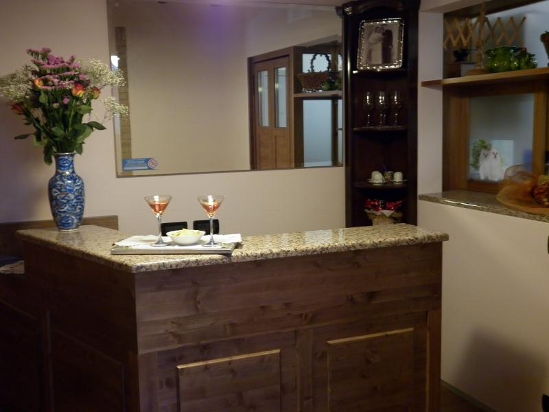 Angolo bar in taverna idee di design per la casa - Angolo bar a casa ...